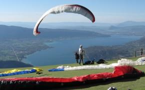 Parapente et le lac d'Annecy