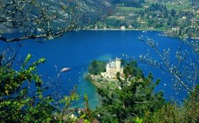 Vue du chateau et du lac d'Annecy